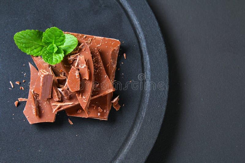 在黑暗的石背景的巧克力 与拷贝空间的顶视图 免版税图库摄影