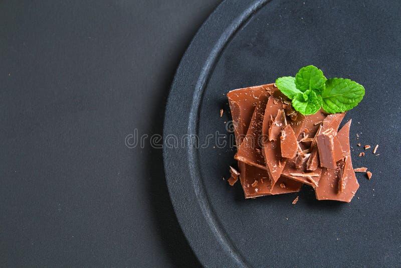 在黑暗的石背景的巧克力 与拷贝空间的顶视图 库存照片