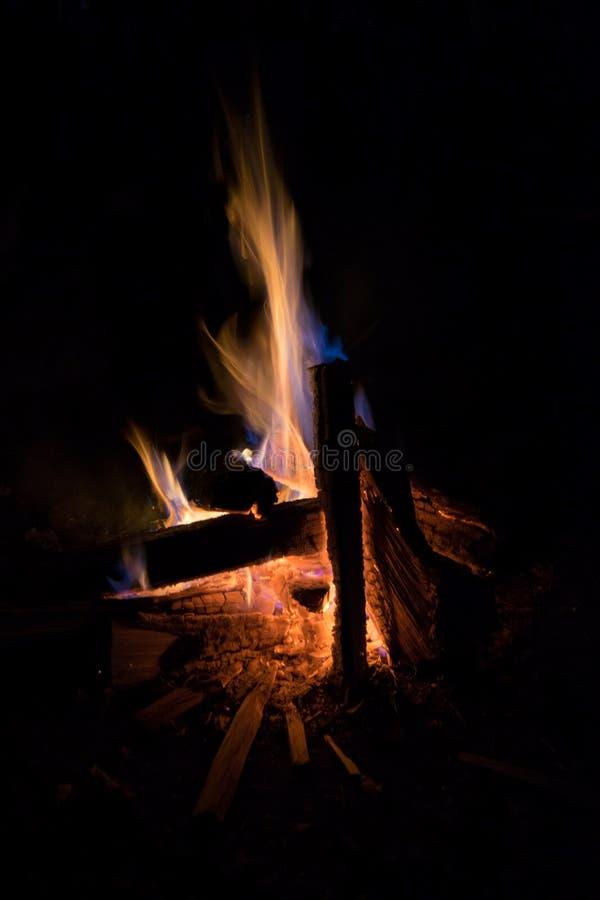 在黑暗的篝火火焰 免版税库存照片
