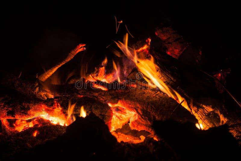 在黑暗的篝火火焰 免版税库存图片