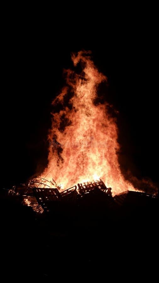 在黑暗的篝火 免版税库存图片