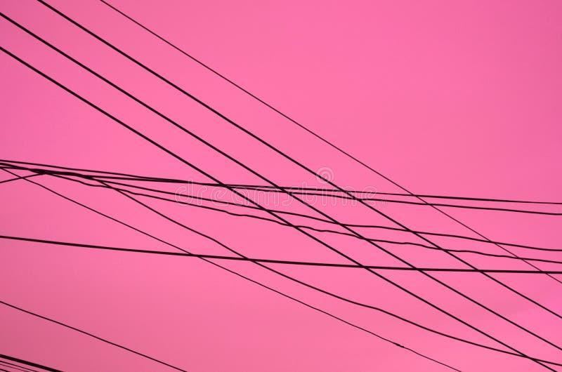 在黑暗的粉红背景的交叉线 库存照片
