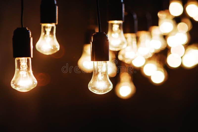 在黑暗的纹理的电灯泡 免版税库存照片
