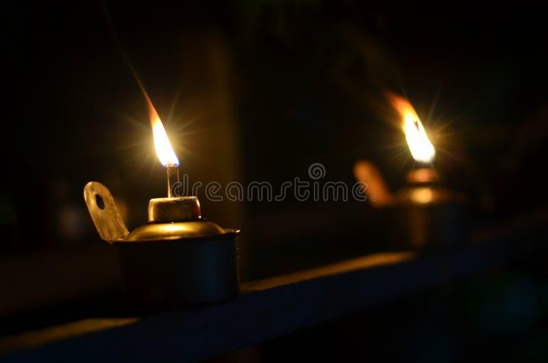 在黑暗的背景中隔绝的亦称传统煤油灯光pelita 库存照片