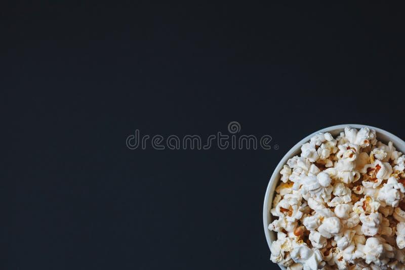 在黑暗的背景玉米花安置的一碗 免版税库存图片