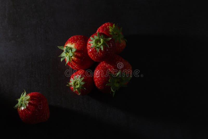 在黑暗的背景的低调草莓 库存图片