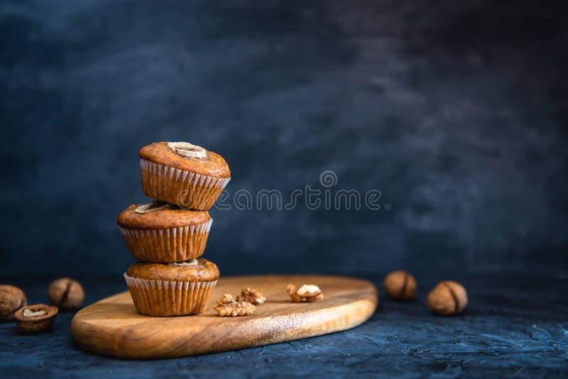 在黑暗的背景的健康素食主义者燕麦松饼、苹果和香蕉蛋糕 复制空间,面包店概念,横幅 免版税库存图片