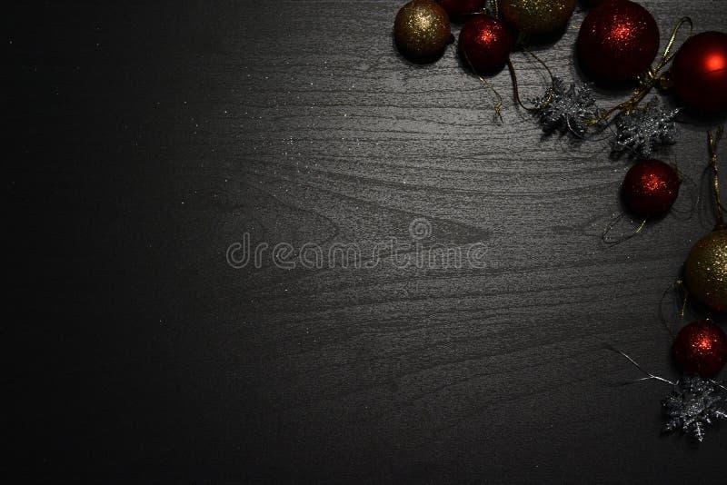 在黑暗的背景的圣诞装饰 图库摄影