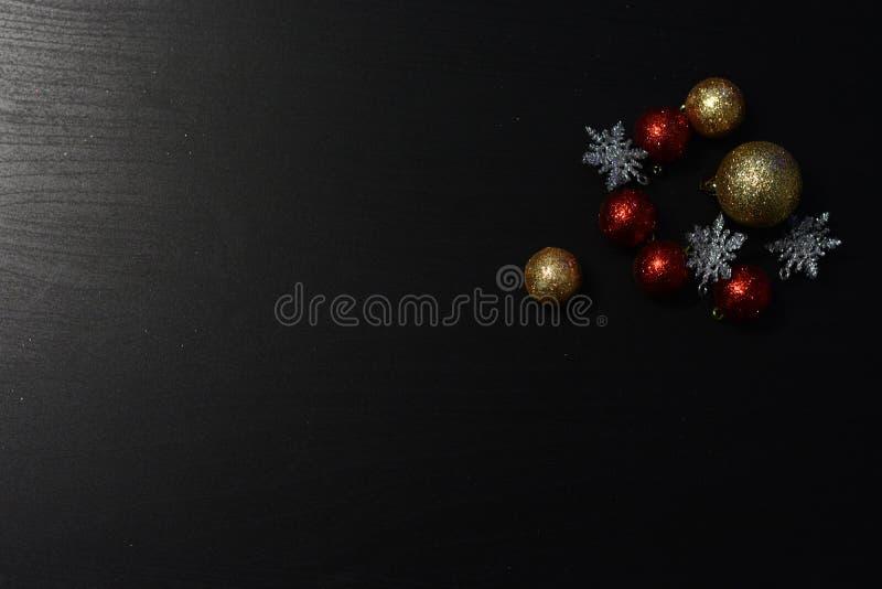 在黑暗的背景的圣诞装饰 免版税图库摄影