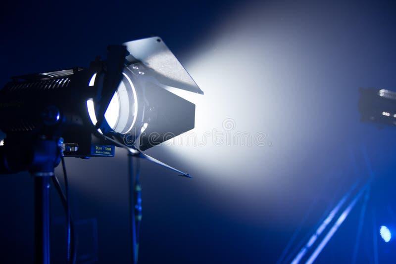在黑暗的背景的影片光与烟 图库摄影