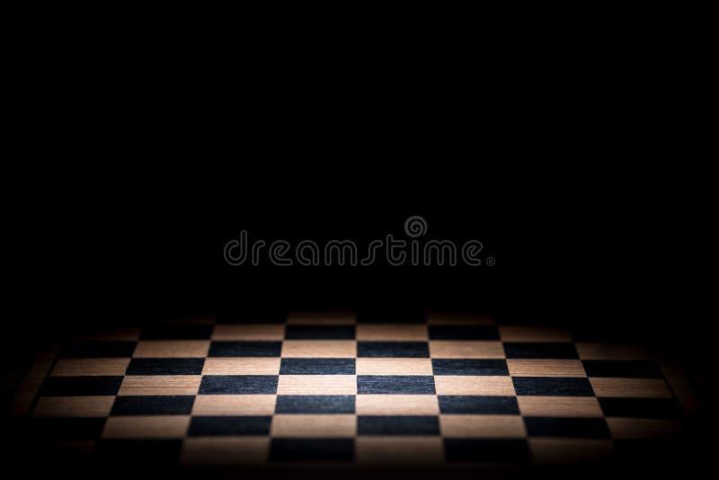 在黑暗的背景的抽象棋枰点燃了与snoot 图库摄影