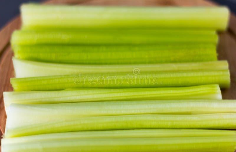 在黑暗的背景的新鲜的水多的芹菜特写镜头 库存照片