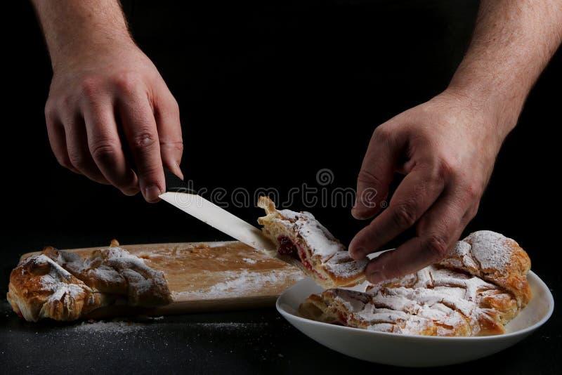 在黑暗的背景的果馅奶酪卷 烹调概念的面包师 免版税库存照片