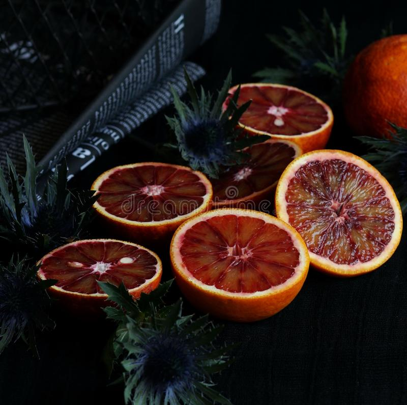 在黑暗的背景的红色橙色切片 免版税库存图片