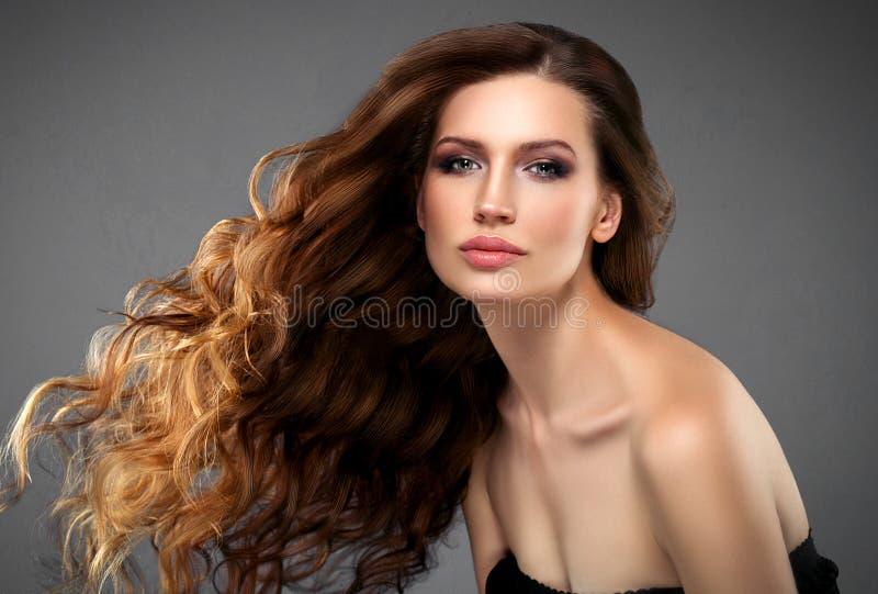 在黑暗的背景的美丽的头发妇女秀丽皮肤画象 免版税库存照片
