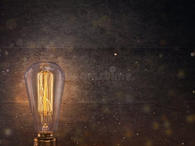 在黑暗的背景的葡萄酒爱迪生电灯泡 免版税库存图片