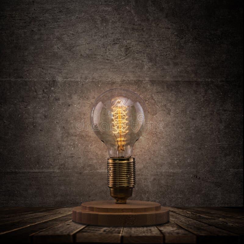 在黑暗的背景的葡萄酒爱迪生电灯泡 图库摄影