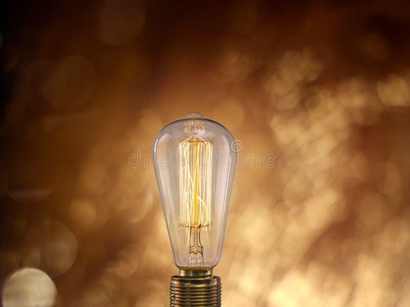 在黑暗的背景的葡萄酒电灯泡 库存图片