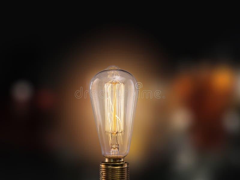 在黑暗的背景的葡萄酒电灯泡 库存照片