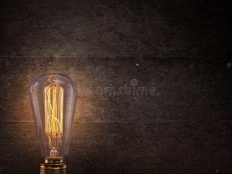 在黑暗的背景的葡萄酒电灯泡 免版税库存图片