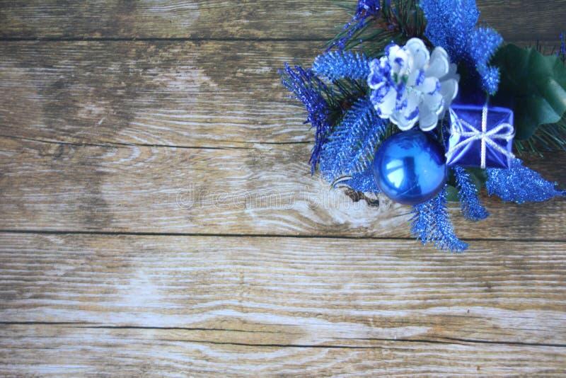 在黑暗的背景的蓝色圣诞装饰 库存图片