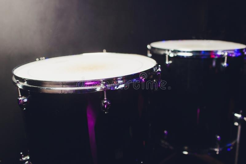 在黑暗的背景设置的鼓 在音乐会的打击乐器 鼓和板材在音乐厅的舞台 图库摄影
