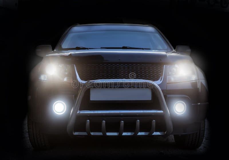 在黑暗的背景隔绝的SUV 免版税图库摄影
