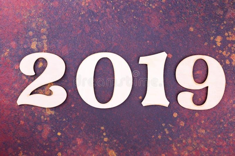 在黑暗的背景,文本的空间的木数字2019年 库存照片