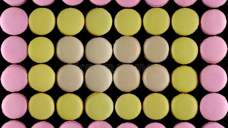 在黑暗的背景,顶视图的甜五颜六色的法国蛋白杏仁饼干饼干 库存图片