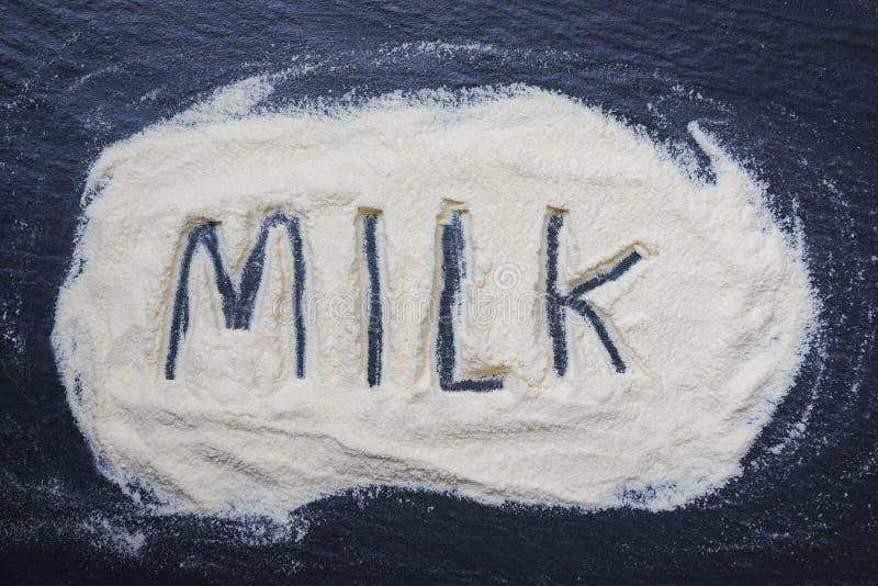 在黑暗的背景-奶粉文本顶视图,食物身体健康的奶粉从蛋白质或婴孩概念的 免版税库存照片