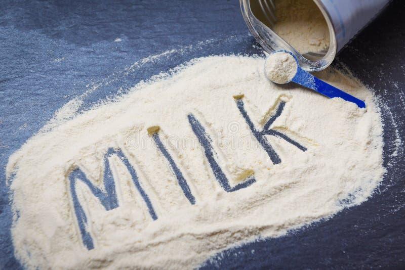 在黑暗的背景/奶粉罐头,食物身体健康的奶粉从蛋白质或婴孩的 免版税库存照片