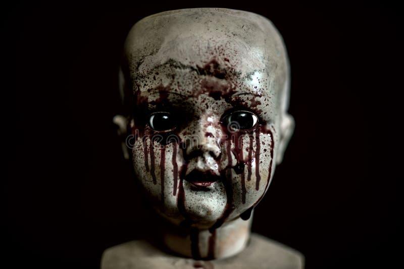 在黑暗的蠕动的血淋淋的玩偶 免版税库存图片