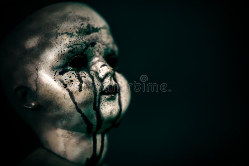 在黑暗的蠕动的血淋淋的玩偶 图库摄影