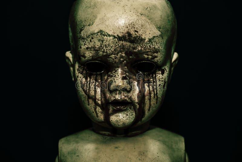 在黑暗的蠕动的血淋淋的玩偶 库存照片