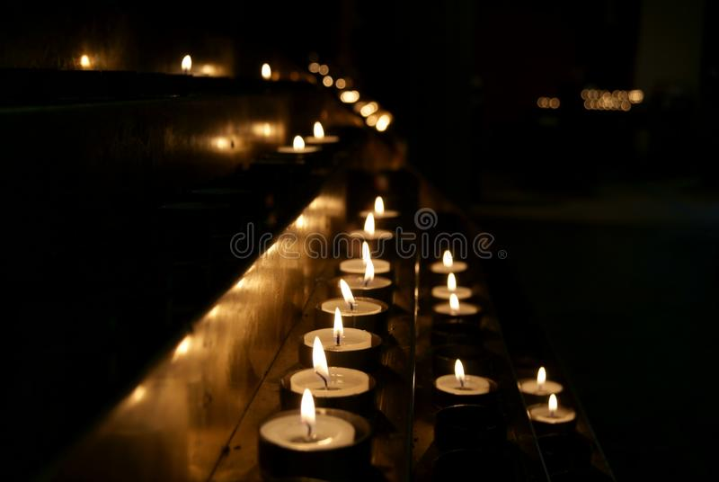 在黑暗的许多蜡烛 库存图片