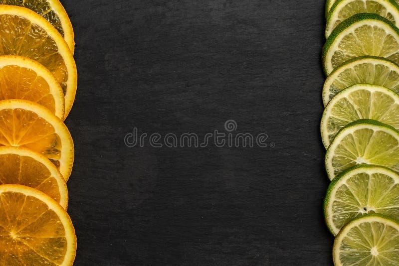 在黑暗的边界背景的新柑桔切片与拷贝空间,顶视图 图库摄影