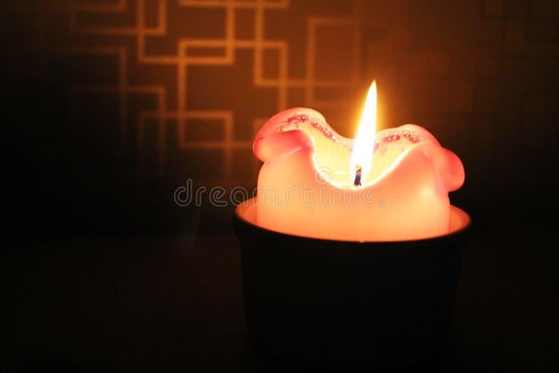 在黑暗的blured背景的燃烧的蜡烛 免版税库存照片