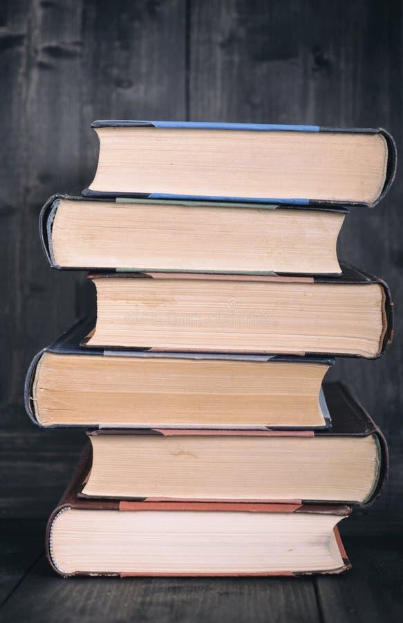 在黑木背景的老法律书籍 库存图片