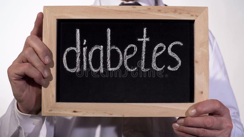 在黑板写的糖尿病在治疗师手,高血糖问题 库存照片
