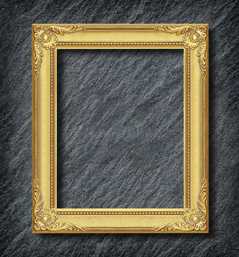 在黑板岩背景的金框架 库存照片