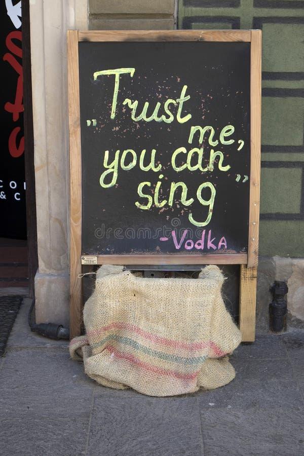 在黑板的标志在咖啡馆`推了您能唱`的我 免版税库存图片