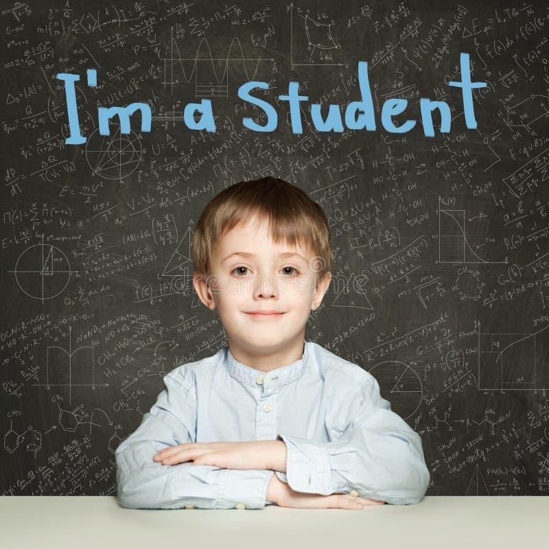 在黑板背景画象的聪明的儿童学生 免版税库存照片