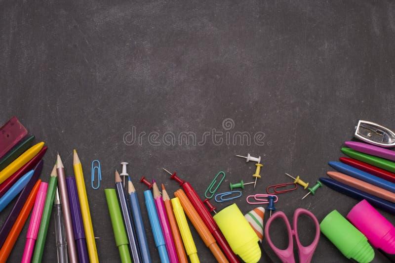 在黑板背景的学校用品准备好您的设计 免版税库存照片