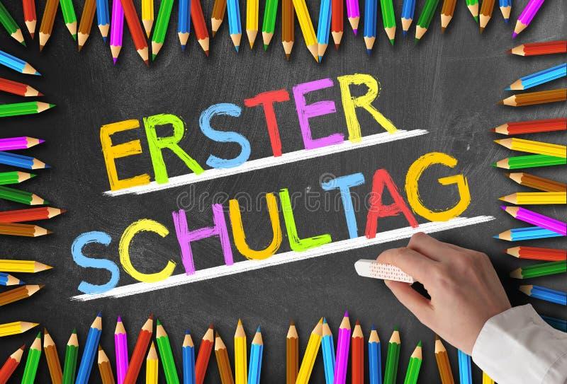 在黑板ERSTER SCHULTAG写的五颜六色的词构筑由色的铅笔 免版税库存图片