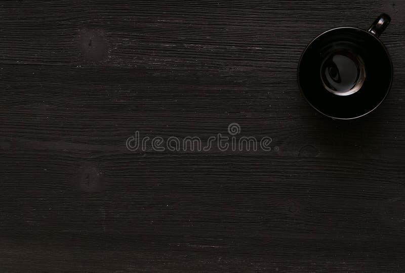 在黑桌上的黑杯子 库存图片