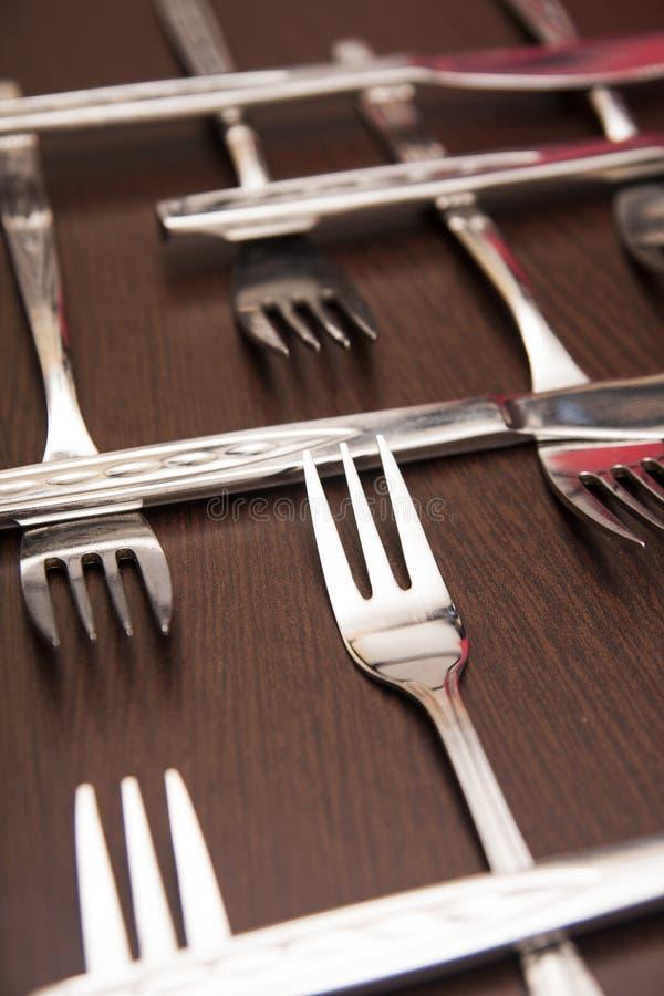 在黑桌上设置的利器 烹调和餐馆的概念 库存图片