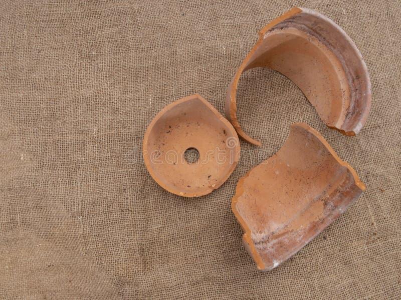 在黑森州,顶视图,霜损伤的一张残破的赤土陶器花盆 库存图片