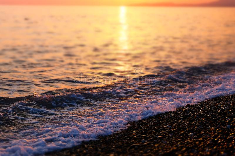 在黑海上的美好的日落 海浪波浪,关闭 图库摄影