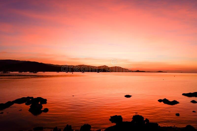 在黑海和山土佬的美好的燃烧的日落风景 库存照片