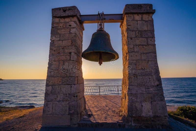 在黑海海岸在日落,塞瓦斯托波尔的著名Hersones响铃 免版税库存照片